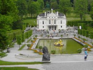 Schloss Linderhof mit Brunnen