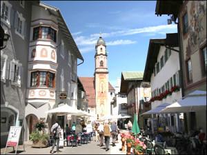 Fußgängerzone in Mittenwald mit Kirche